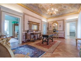 PRESTIGIOUS NOBLE FLOOR WITH GARDEN FOR SALE IN THE HISTORIC CENTER in Fermo in the Marche region of Italy